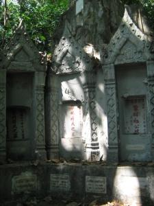 golden-mount-tombstones3